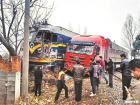 河南一火车与货车相撞后脱轨 3人受伤(图)