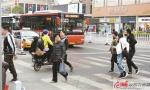 斑马线前您先行,公交车礼让行人成徐州城市文明一景