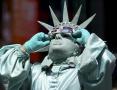 美国纽约 男子装扮成自由女神像观看日食