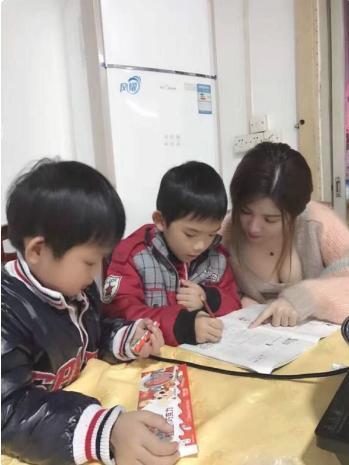 看到儿子的女家教老师图片