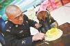 北京市公安局办警犬集体生日会 吃特制蛋糕卖萌