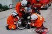 济南一儿童被电动车卡脚,消防官兵破拆后轮解困