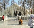 沈阳一饭店员工泼水半个月 竟造出个冰雪乐园