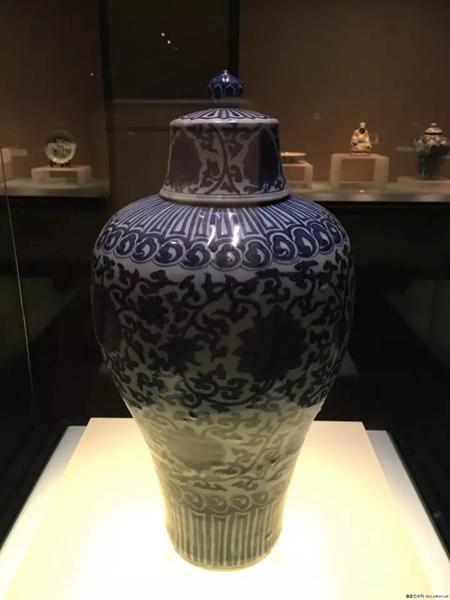 而到了明朝后期,梅瓶的整体器形有一些结构上的改变,底部变得越发细长,看上去似乎有些站立不稳、摇摇欲坠的感觉。明万历-青花缠枝番莲纹梅瓶-国家博物馆藏