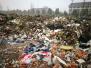 """杭州市郊拆迁后的空地变""""垃圾场"""",恶臭难闻周围市民苦不堪言"""