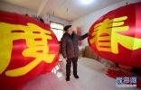 春节临近陕西三兆村手工作坊的制灯师傅们赶制灯笼迎接春节