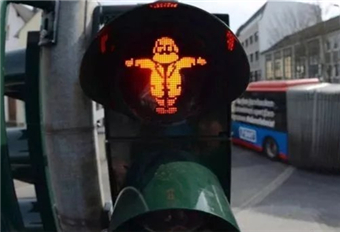 马克思故乡推出马克思形象交通灯