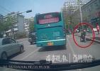 暖!济南街头老人摔倒站不起来 公交驾驶员停车扶起