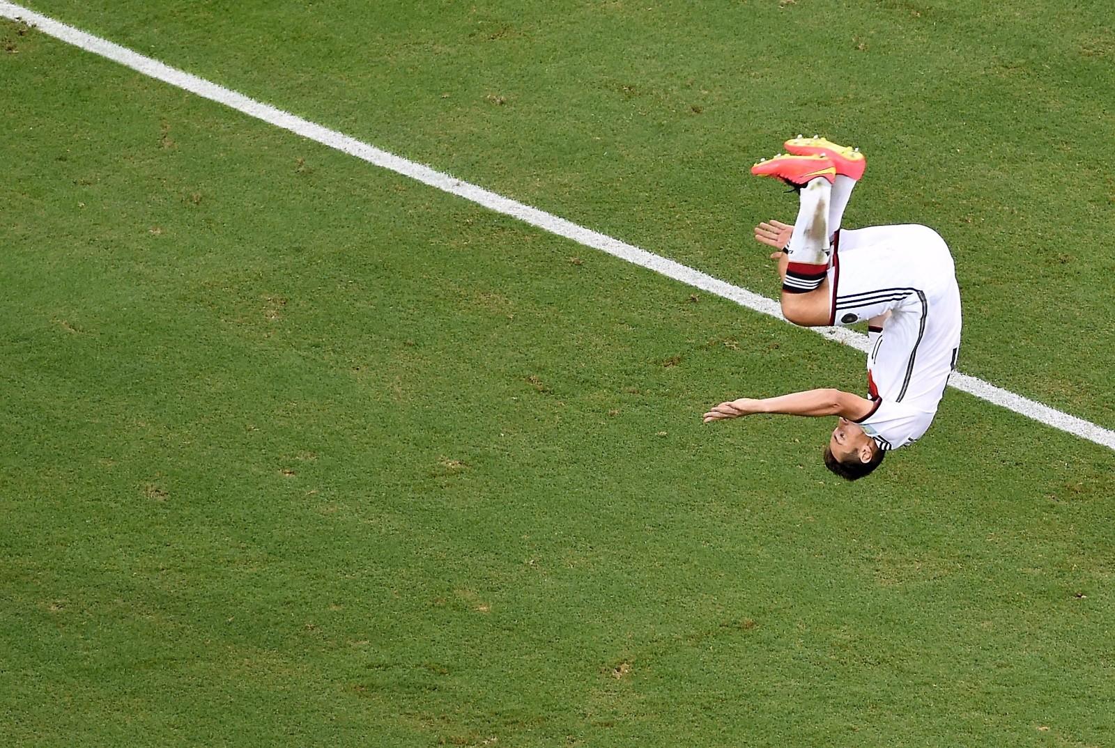2014年巴西世界杯,克洛泽攻入个人世界杯第16个进球,从而以一个球的优势超越罗纳尔多,成为世界杯历史上进球最多的球员。2016年11月1日克洛泽宣布退役,他标志性的空翻庆祝也成为绝唱。\\\\r\\\\n图为2014年6月21日,克洛泽在巴西世界杯对阵加纳队的比赛中进球后空翻庆祝。