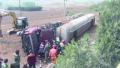 山东莱芜:满载浓硫酸罐车侧翻司机被困