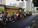 杭州一公交站台天天排起150米长队 这照片暖到你了吗?