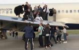 【组图】航班落地后机舱冒浓烟 153名旅客紧急撤离