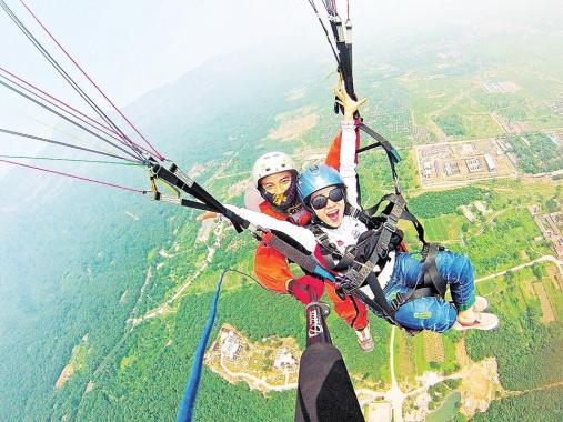 河南林州:七彩伞花朵朵开 蓝天滑翔邀您来