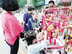 端午节临近 沿街随处可见售卖香囊
