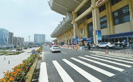 """500万彩票网app:济南西站落客平台隔离护栏拆除 送客车辆可""""多点""""下客"""