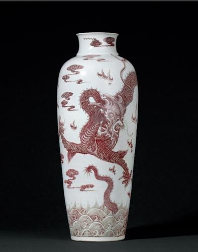 清乾隆釉里红苍龙教子图大梅瓶。图片来源:诚轩拍卖官网