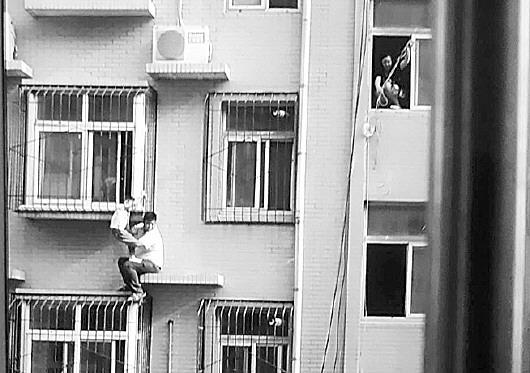 玩北京赛车违法吗:济南5岁男童命悬三楼 邻居30秒爬楼救下