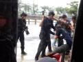 实拍台湾高雄街头警匪枪战:警方连开16枪 意外伤及路人