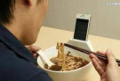 大哥,你这个碗的造型还带手机支架,太实用了