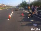 骑着摩托听着歌,女子撞上警示桩摔断肋骨