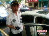 郑州:粗心车主忘关车窗 巡防队员冒雨守护感动车主
