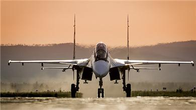 俄罗斯战机参加演习 公路上紧急迫降