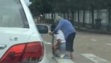 浙江三门街头暖心一幕:女司机斑马线前下车扶老人