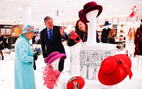 英国女王造访购物中心逛帽子包包