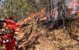 云南鹤庆森林火灾扑救十分困难 上千兵力和直升机参与扑救
