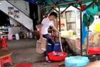 大排档店员用脚洗菜