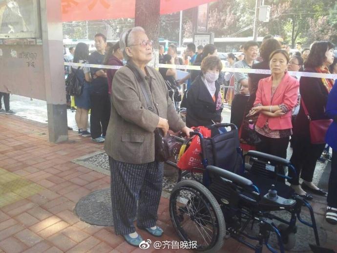感动!济南78岁老奶奶独自坐轮椅来考点陪考