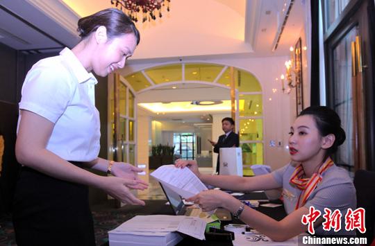 两年前应聘到海航工作的台湾空服员黄姿蓉(右)此次受委派回到台北,协助招募工作。<a target='_blank' href='http://www.chinanews.com/'>中新社记者 刘舒凌 摄
