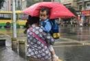 【实力坑娃系列】父母打伞孩子淋雨 网友:这是亲生的?
