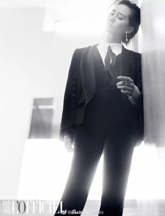 组图:刘诗诗登封面时尚有型 穿西装英气逼人