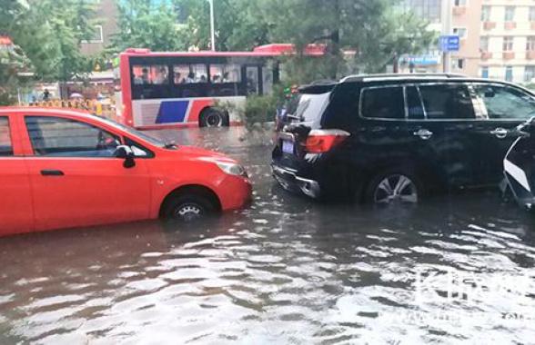 石家庄大雨!部分路段压车断交 水漫过半个车轮