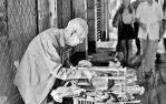 107歲老人賣鞋墊成網紅