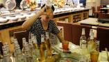 """自助餐厅现""""啤酒王"""" 90后小伙一顿喝200瓶啤酒"""