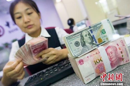 7月12日,山西太原,银行工作人员清点货币。当日,来自中国外汇交易中心的数据显示,人民币对美元汇率中间价报6.7868,较前一交易日上涨115个基点。 <a target='_blank' href='http://www.chinanews.com/'>中新社记者 张云 摄