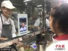 杭州一中学学生刷脸吃饭 需摆不同POSE和表情