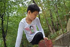 无腿少年用手登山
