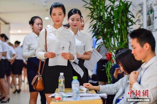 资料图:正在参加校园招聘的大学生。<a target='_blank' href='http://www.chinanews.com/'>中新社记者 骆云飞 摄