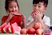 吃水果宜在饭前一小时或饭后两小时 因为……