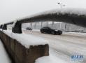 济南:路面突然结冰有车打滑抛锚 多亏了他们!