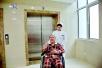 女护士毅然留守故障电梯:我的病人在里面,我不能走!
