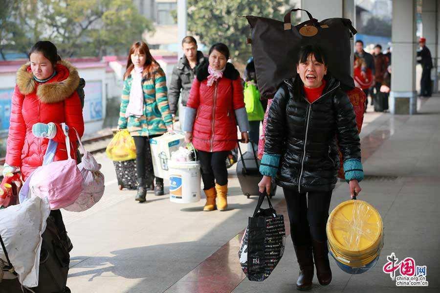 """金沙国际娱乐平台:塑料桶成网红春运单品 """"春运神器""""里承载着复杂的现实"""