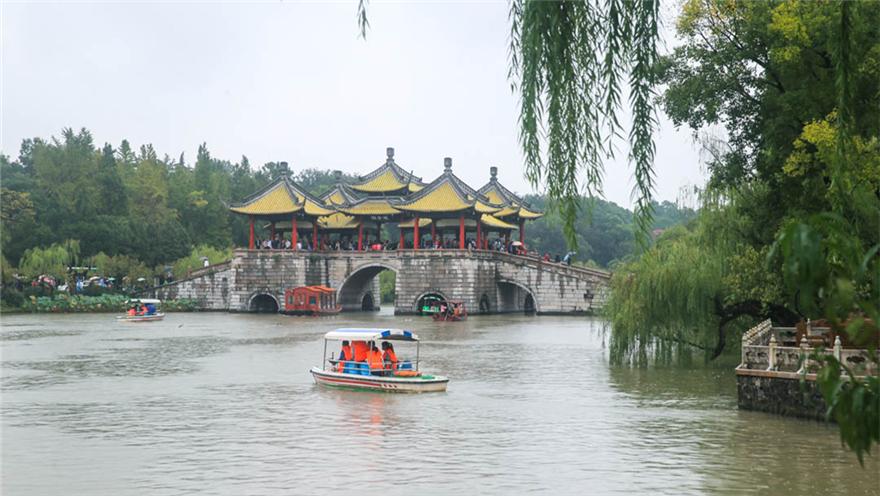 烟雨蒙蒙下扬州 三万多游客涌进瘦西湖