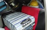 客货混装塞满面包车,图方便但安全隐患大