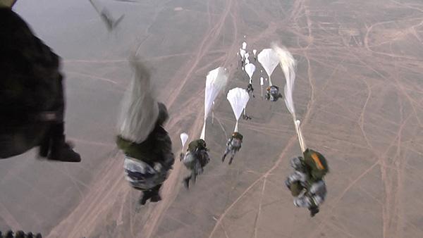 空军空降兵伞训锤炼特种作战能力