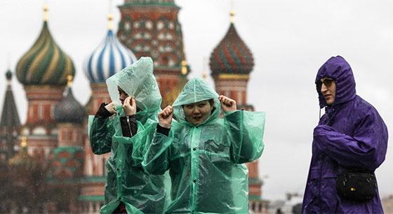 莫斯科迎来刮风降雨天气 游客兴致不减