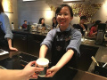 流浪汉进星巴克讨水喝 被杭州90后女店员暖到
